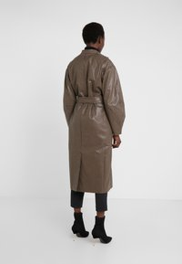 House of Dagmar - ALICIA CHECK - Trenchcoat - camel check - 2