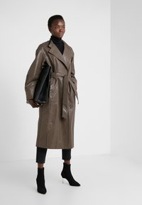 House of Dagmar - ALICIA CHECK - Trenchcoat - camel check - 1