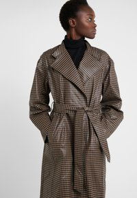 House of Dagmar - ALICIA CHECK - Trenchcoat - camel check - 3