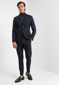 Isaac Dewhirst - BASIC PLAIN SUIT SLIM FIT - Garnitur - navy - 1