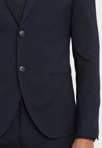 Isaac Dewhirst - BASIC PLAIN SUIT SLIM FIT - Garnitur - navy - 7