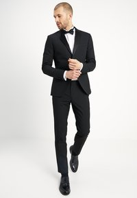 Isaac Dewhirst - BASIC PLAIN BLACK TUX SUIT SLIM FIT - Oblek - black - 0