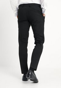 Isaac Dewhirst - BASIC PLAIN BLACK TUX SUIT SLIM FIT - Oblek - black - 5