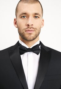 Isaac Dewhirst - BASIC PLAIN BLACK TUX SUIT SLIM FIT - Oblek - black - 6