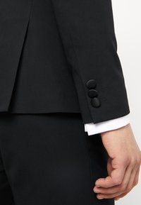Isaac Dewhirst - BASIC PLAIN BLACK TUX SUIT SLIM FIT - Oblek - black
