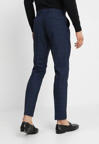 Isaac Dewhirst - FASHION CHECK SUIT - Completo - navy - 5