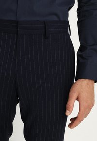 Isaac Dewhirst - FASHION STRIPE SUIT - Suit - navy - 8