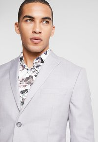Isaac Dewhirst - FASHION SUIT - Suit - light grey - 6