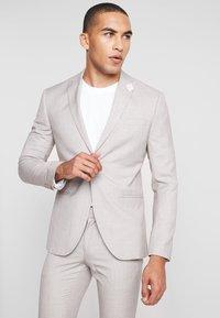 Isaac Dewhirst - WEDDING SUIT LIGHT NEUTRAL - Kostuum - beige - 2