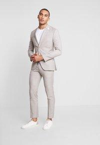 Isaac Dewhirst - WEDDING SUIT LIGHT NEUTRAL - Kostuum - beige - 1