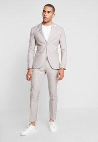 Isaac Dewhirst - WEDDING SUIT LIGHT NEUTRAL - Kostuum - beige - 0