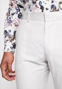 Isaac Dewhirst - WEDDING SUIT PALE - Suit - stone - 9