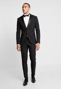 Isaac Dewhirst - BASIC TUX - Costume - black - 1