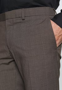 Isaac Dewhirst - CHECK SUIT - Completo - brown - 9