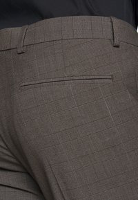 Isaac Dewhirst - CHECK SUIT - Completo - brown - 11