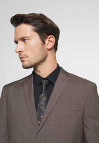 Isaac Dewhirst - CHECK SUIT - Completo - brown - 6