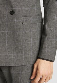 Isaac Dewhirst - TWIST CHECK SUIT - Oblek - grey - 6
