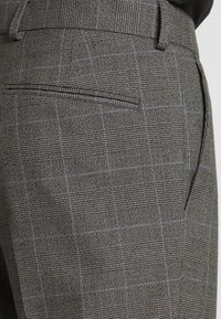 Isaac Dewhirst - TWIST CHECK SUIT - Oblek - grey - 7