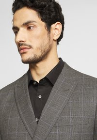 Isaac Dewhirst - TWIST CHECK SUIT - Oblek - grey - 8