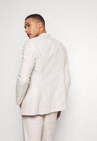 Isaac Dewhirst - PLAIN WEDDING - Suit - neutral - 3