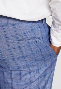 Isaac Dewhirst - BLUE CHECK SUIT PLUS - Garnitur - blue - 8