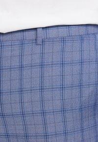 Isaac Dewhirst - BLUE CHECK SUIT PLUS - Garnitur - blue - 6