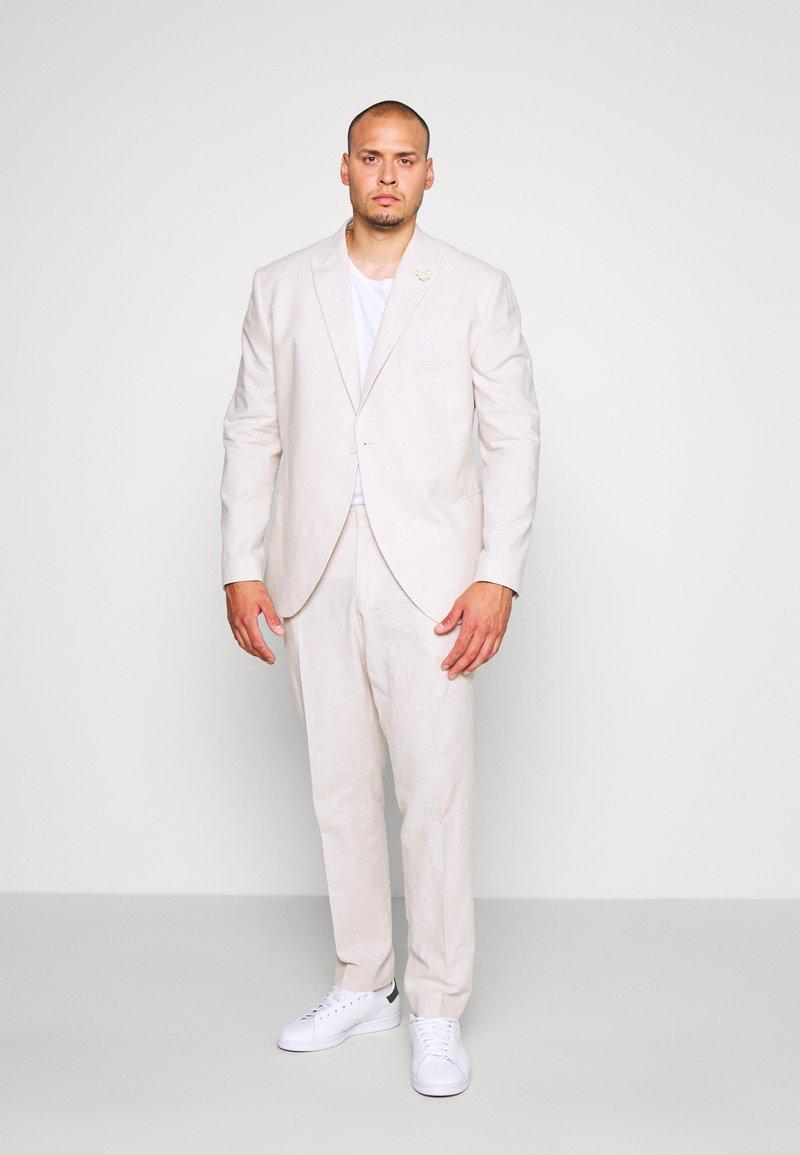 Isaac Dewhirst - PLAIN WEDDING PLUS - Garnitur - neutral
