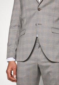Isaac Dewhirst - CHECK 3 PIECES SUIT - Oblek - grey - 9