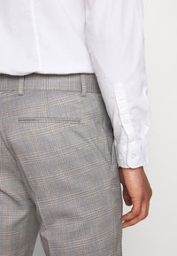 Isaac Dewhirst - CHECK 3 PIECES SUIT - Oblek - grey - 13