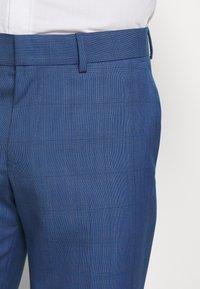 Isaac Dewhirst - BLUE CHECK 3PCS SUIT - Garnitur - blue - 10