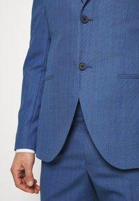 Isaac Dewhirst - BLUE CHECK 3PCS SUIT - Garnitur - blue - 9