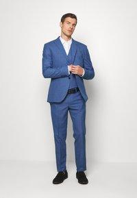Isaac Dewhirst - BLUE CHECK 3PCS SUIT - Garnitur - blue - 1