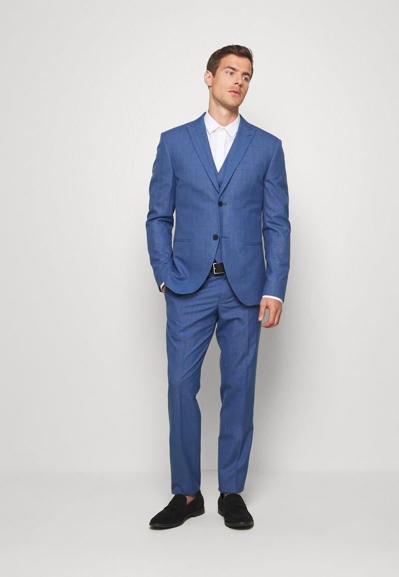 Isaac Dewhirst - BLUE CHECK 3PCS SUIT - Garnitur - blue