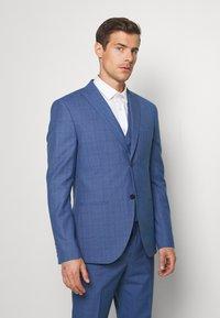 Isaac Dewhirst - BLUE CHECK 3PCS SUIT - Garnitur - blue - 2