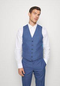 Isaac Dewhirst - BLUE CHECK 3PCS SUIT - Garnitur - blue - 6
