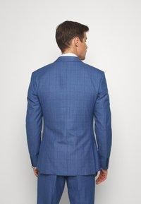 Isaac Dewhirst - BLUE CHECK 3PCS SUIT - Garnitur - blue - 3
