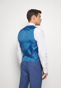 Isaac Dewhirst - BLUE CHECK 3PCS SUIT - Garnitur - blue - 7