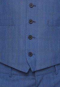 Isaac Dewhirst - BLUE CHECK 3PCS SUIT - Garnitur - blue - 13