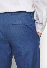 Isaac Dewhirst - BLUE CHECK 3PCS SUIT - Garnitur - blue - 11