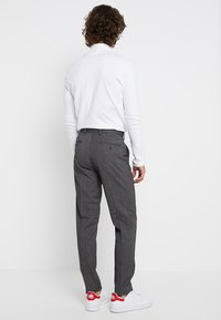 Isaac Dewhirst - TROUSER SALT PEPPER - Dressbukse - dark grey - 2