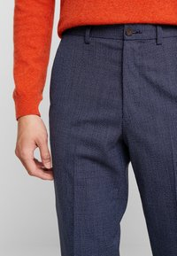 Isaac Dewhirst - SEMI PLAIN TROUSER - Trousers - navy - 5