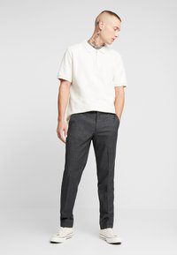 Isaac Dewhirst - SEMI PLAIN TROUSER - Tygbyxor - dark grey