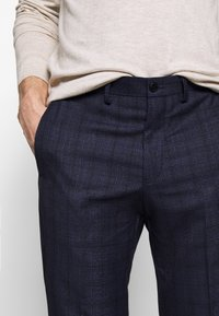 Isaac Dewhirst - CHECK TROUSERS - Kalhoty - navy - 3