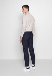Isaac Dewhirst - CHECK TROUSERS - Kalhoty - navy - 2