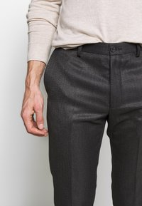 Isaac Dewhirst - HERRINGBONE TROUSER WITH TURN UP - Trousers - grey - 3