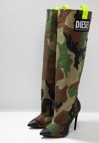 Diesel - SLANTY D-SLANTY HOTK - Kozačky na vysokém podpatku - khaki - 4