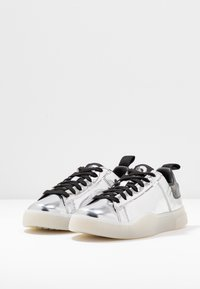 Diesel - CLEVER S-CLEVER LOW LACE W - Trainers - silver - 4