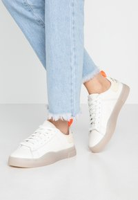 Diesel - S-CLEVER LOW LACE W - Sneakersy niskie - star white/fluo peach - 0
