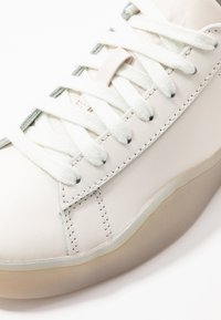 Diesel - S-CLEVER LOW LACE W - Sneakersy niskie - star white/fluo peach - 2