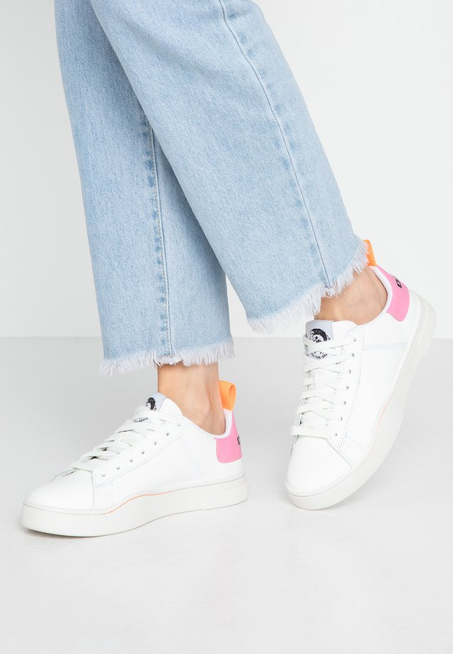 S-CLEVER LOW LACE W - Matalavartiset tennarit - white/fluo pink